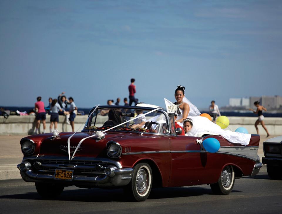 Ci si sposa su una delle mitiche auto cubane