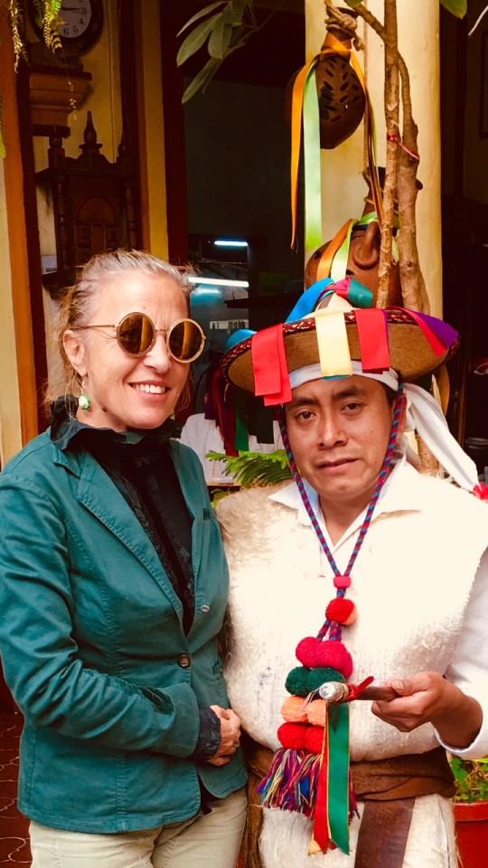 Insieme ad un nativo in costume tradizionale
