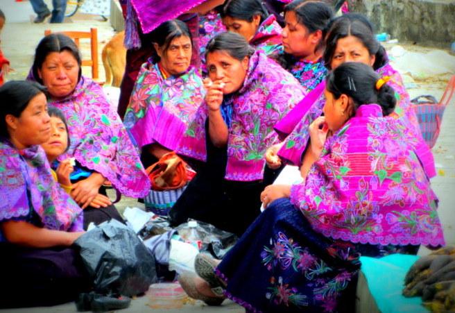 Donne a San Cristobal: indossano scialli da loro ricamati a mano