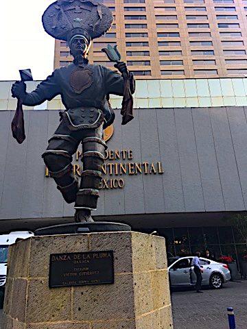 La statua subito fuori dal palazzo