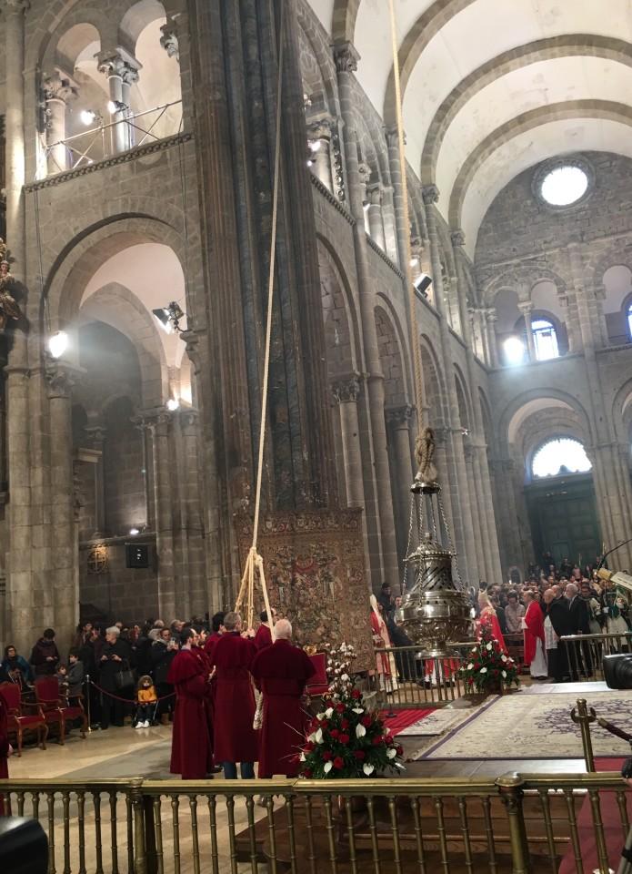 Dentro la Cattedrale di Santiago e il grande incensiere (botafumeiro)