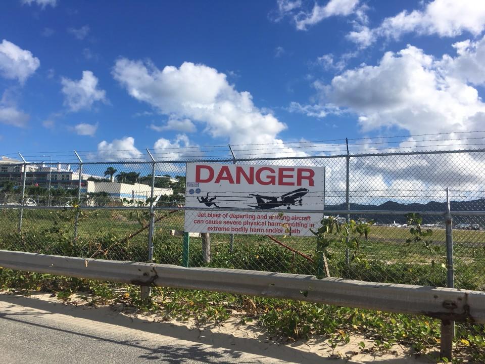 Il pannello che indica il pericolo all'aeroporto di Princess Juliana