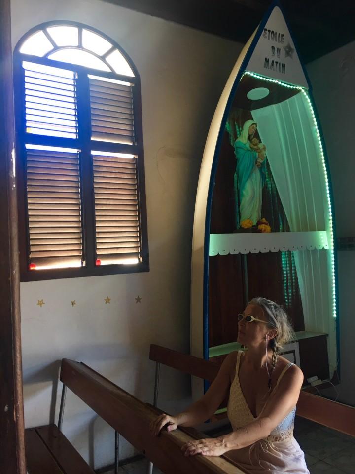 Nella chiesetta di Les Saintes l'altarino è una barca