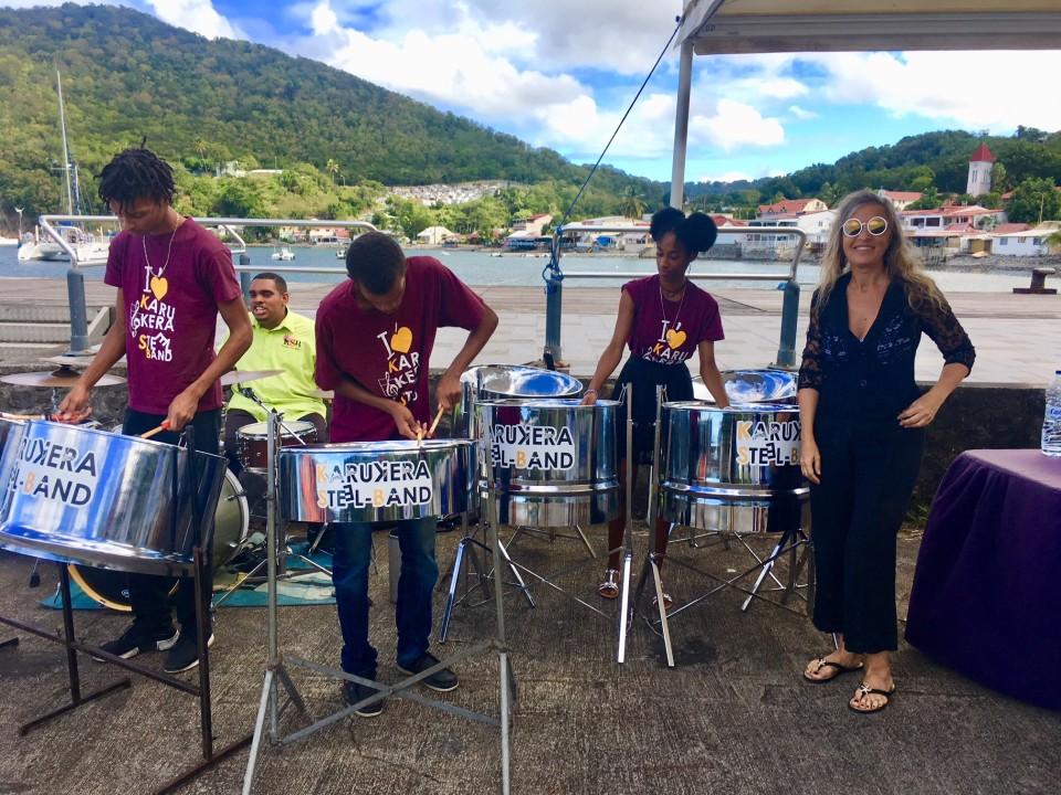 I classici complessi dei Caraibi mentre suonano la steeldrum