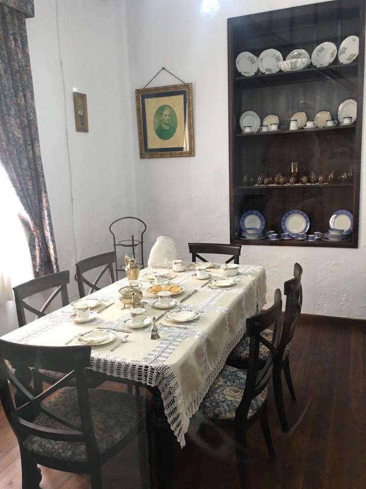 Una tipica sala da pranzo inglese dell'epoca