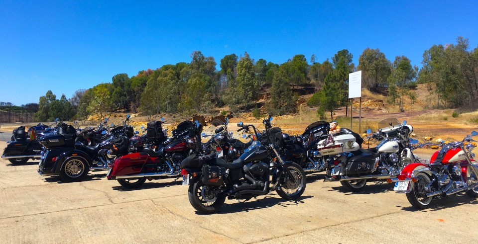 Le Harley parcheggiate prima di entrare nel Parco Minero