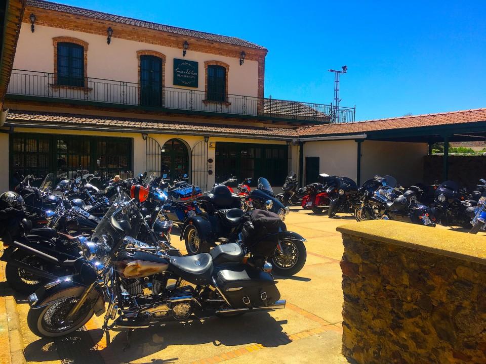 Le nostre Harley parcheggiate al ristorante