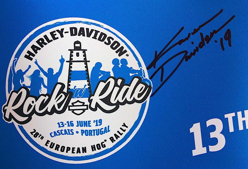 La firma di Karen Davidson sul logo HOG Cascais