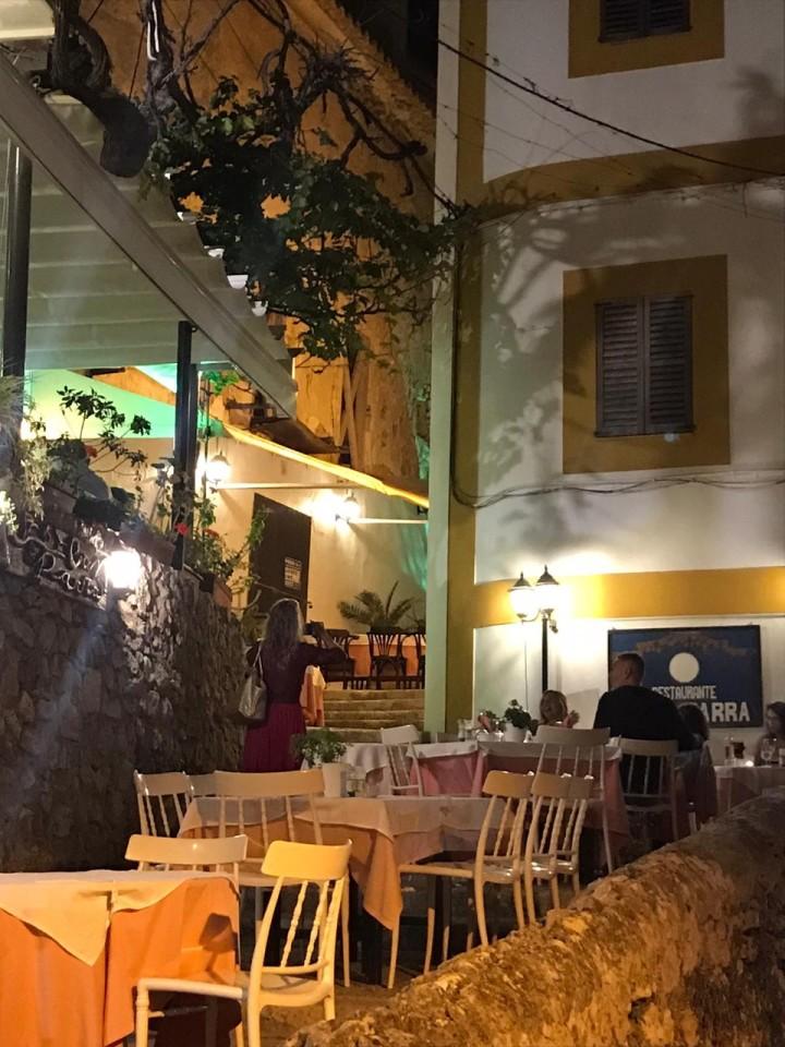 L'atmosfera notturna tra le viuzze di Dalt Vila
