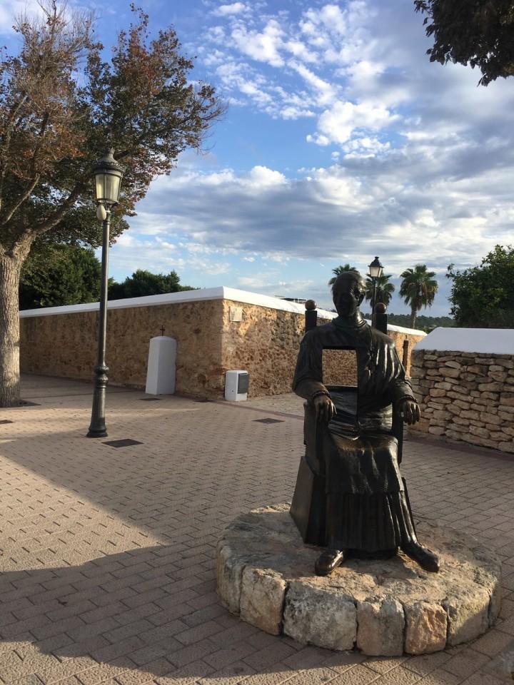 Il monumento poltrona a Santa Gertrudis