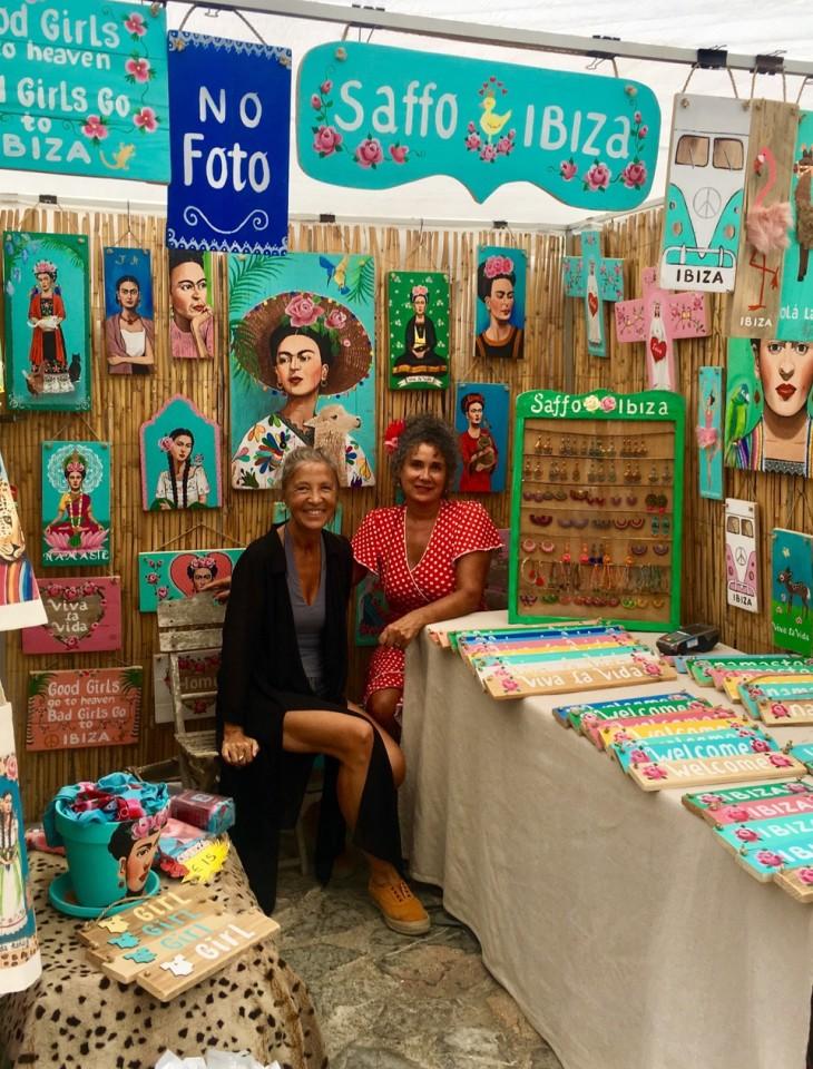 Con l'artista Pia Robinson a Sant Joan de Labritja durante il mercatino domenicale