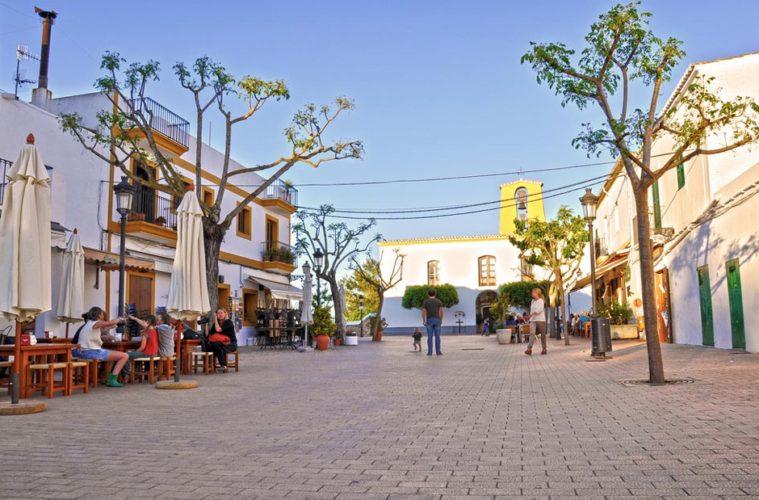 La piazza di Santa Gertrudis, a sinistra il bar Costa e sullo sfondo la chiesetta omonima