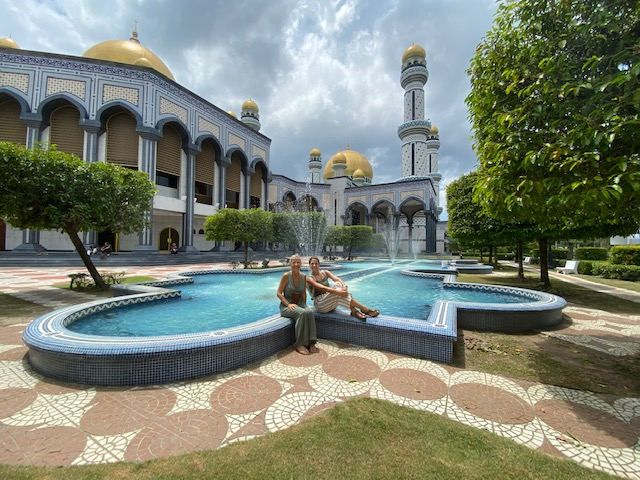 Davanti alla grande Moschea Jame' Asr Hassanal Bolkiah