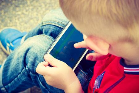 Non è facile dire no alla passione dei bimbi per gli schermi