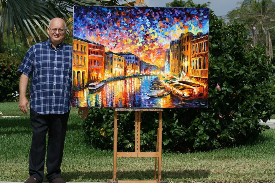 Leonid Afremov con una sua opera. I suoi quadri sono in vendita sul web