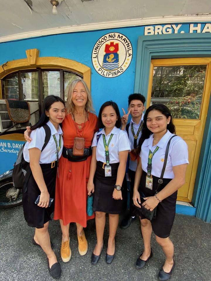 Con alcuni studenti filippini in divisa scolare