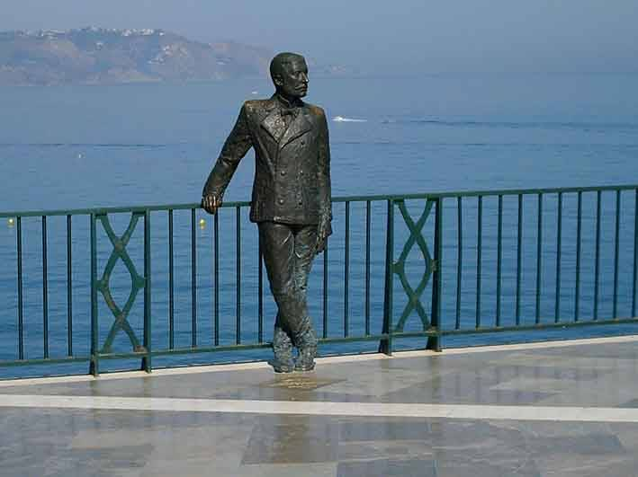 La statua in bronzo del Re Alfonso XII affacciata sul balcone di Nerja
